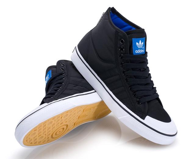 Adidas Originals vient de dévoiler la collection Nizza High Zip prévue pour ce printemps! Le zip se trouve au niveau du talon pour pouvoir les chausser