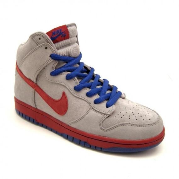 the best attitude d4bf0 42ac5 ... Medium Grey - Varsity Red - Old Royal. Nike SB vient de dévoiler cette Nike  SB Dunk High pour ce printemps. La paire devrait être disponible bientôt un  ...