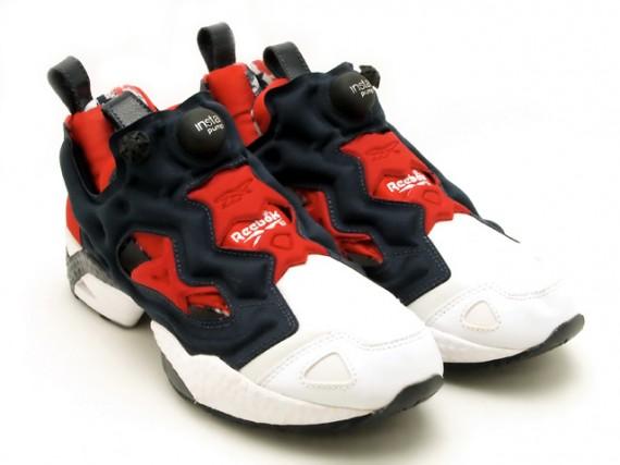 Les sneakers arborent un coloris inspiré du drapeau américain avec des rayures et des étoiles au niveau de la doublure pour l'une et au niveau du talon pour