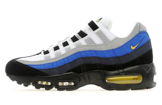 Les sneakers combinent du mesh blanc, du daim noir, gris et bleu, le tout contrasté par des accents de jaune accompagné d'une semelle externe noire.