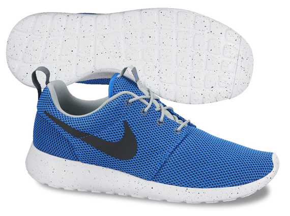 black and blue nike roshe run