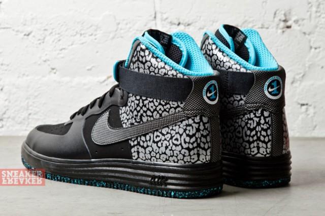 D'après Sneaker Freaker, la paire vient de sortir chez les revendeurs de la  marque.