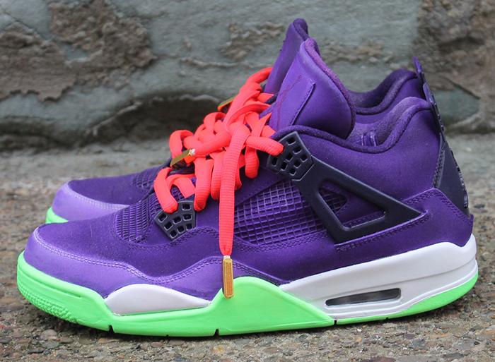 Cette Air Jordan 4 a ainsi une base violette en daim contrastée par des accents de violet foncé, de vert glow et complété par des lacets roses dotés de
