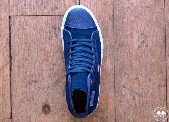 e23c19d225 ... Vans Native American O.G.  S  bleue et d une Old Skool O.G.  S  rouge.  Les deux paires sont en daim avec des touches de cuir.