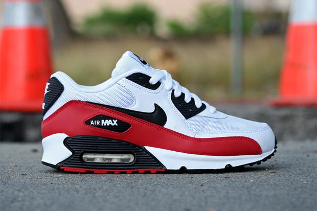 low priced 8c722 2aa2f ... cuir et mesh est contrastée par du cuir rouge et noir. La Nike Air Max  90 White Black-Sport Red est maintenant disponible chez les revendeurs de  la ...