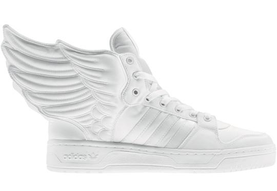 La première était très colorée alors que celle-ci est d'un blanc immaculé.  Elle est maintenant disponible sur Adidas.fr à 220€.