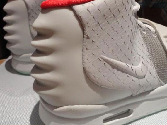 6f30f5c4d0fbb Nike Air Yeezy 2 Wolf Grey Pure Platinum en detail - Le Site de la ...