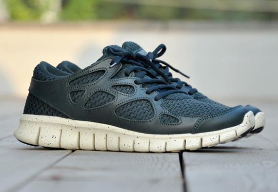 Les runnings affichent une base tissée avec des empiècements en cuir et une  semelle Nike Free tachetée. Trois coloris seront disponible: blue, ...