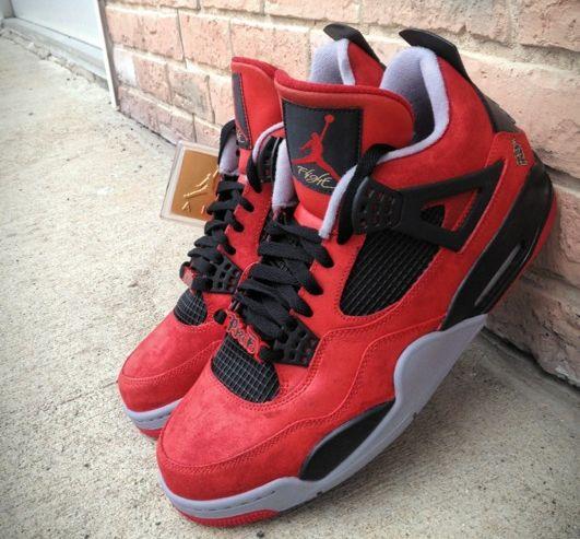 Cette sneaker custom rappelle également la Air Jordan 4 Red Suede en daim rouge de Carmelo Anthony.
