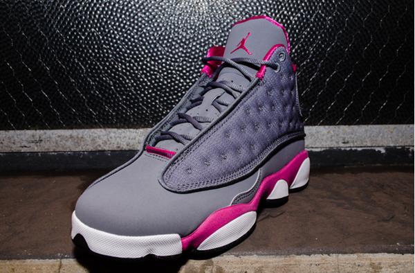 Les Air Jordan XIII GS Grey-Pink ont un dessus en nubuck et mesh ballistic  gris contrastés par des touches de rose, l'hologramme sur le côté et une  semelle ...