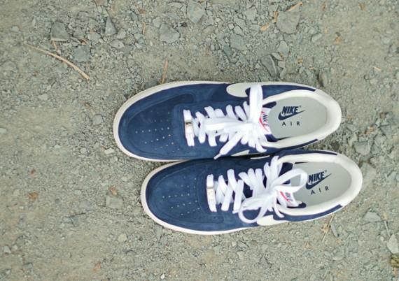 super popular abd03 1742b Inspirées des classiques Nike Blazer, ces Nike Air Force 1 ont un upper en  daim bleu contrasté par un swoosh et un talon en cuir blanc cassé, ...