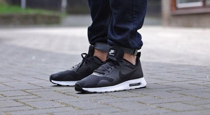 Nike Air Max Tavas Essential Black White Le Site de la Sneaker