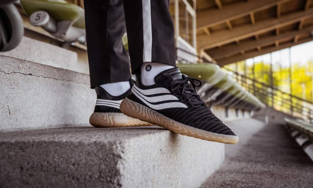 https://www.lesitedelasneaker.com/wp-content/images/2018/07/adidas-sobakov-black-white-aq1135-mood-1.jpg